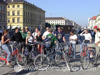 Des étudiants pendant une sortie à vélo