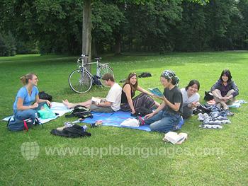 Des étudiants se relaxant au parc