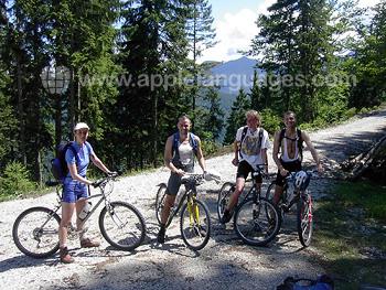Des étudiants faisant du vélo en montagne