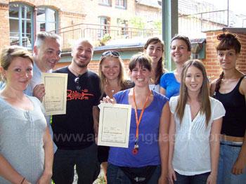 Des étudiants recevant leur certificat