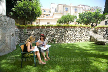 Des étudiants révisant dans le jardin