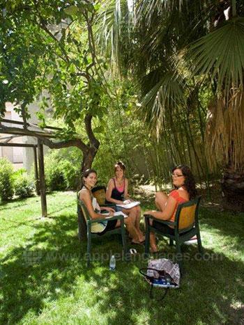 Des étudiants se relaxant dans le jardin