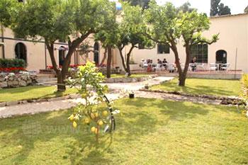 Les jardins de l'école et le patio