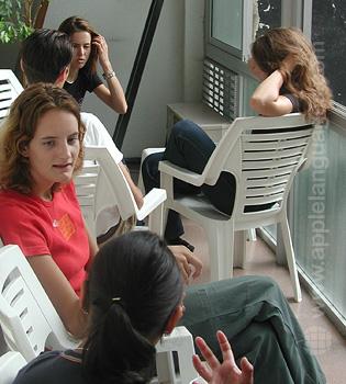 Des étudiants sur la terrasse de l'école