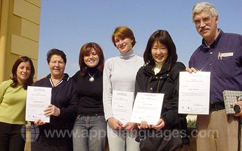Des étudiants avec leurs certificats