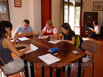 Des étudiants pendant le test de niveau