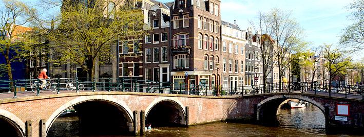 À vélo le long des canaux d'Amsterdam