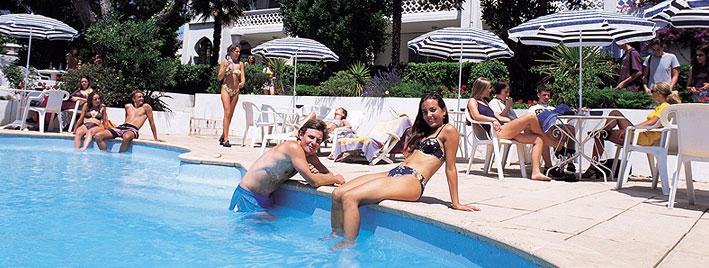 Étudiants au bord de la piscine à Antibes