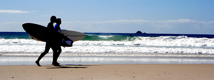 Surfeurs sur la plage de Biarritz