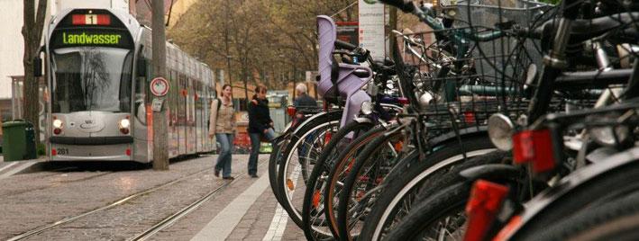 Vélos et tramway dans les rues de Fribourg