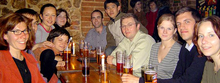 Étudiants en séjour dans un bar de Cracovie