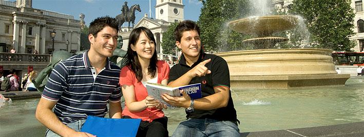 Étudiants à Trafalgar Square, à Londres
