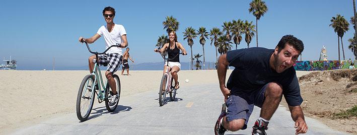 En vélos et rollers à la plage de Los Angeles