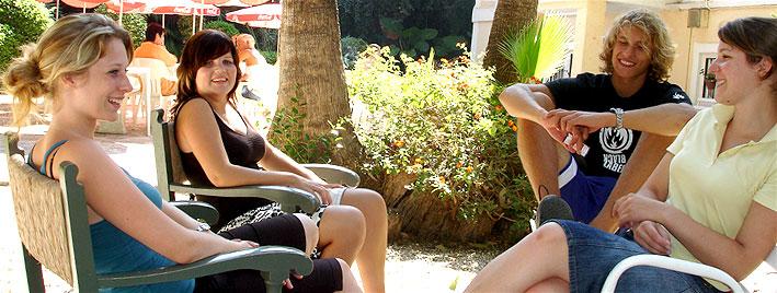 Moment détente dans le jardin de l'école de Malaga