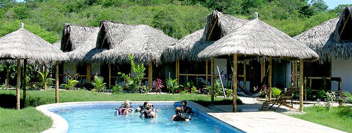 Cours de plongée dans la piscine de l'école de Montanita