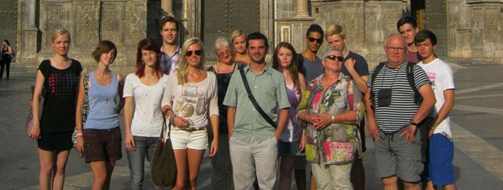 Étudiants en séjour devant la cathédrale de Murcie