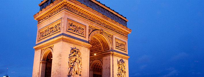 Arc de Triomphe au crépuscule à Paris