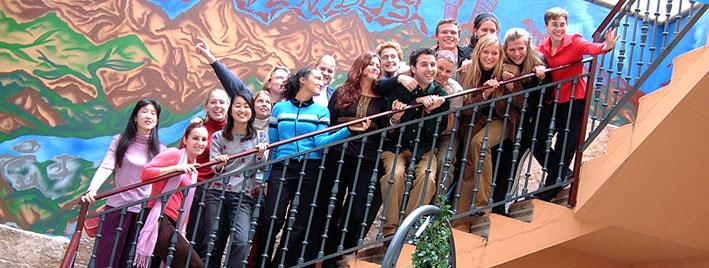 Étudiants en séjour dans les escaliers de l'école de langues de Salamanque