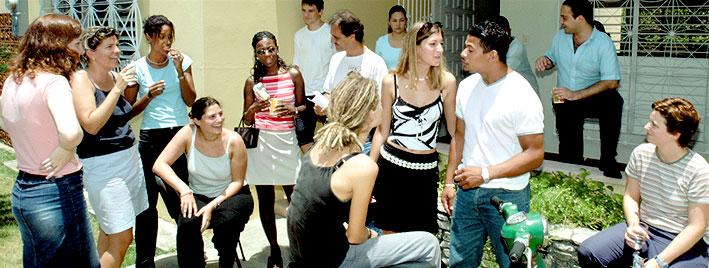 Étudiants en séjour devant l'école de langues de Saint-Domingue