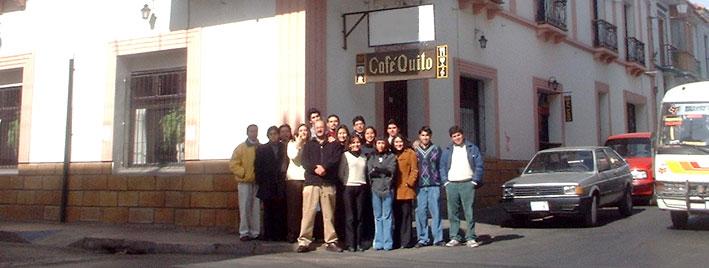 Étudiants en séjour devant le Café Quito à Sucre
