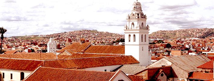 Vue sur l'église et les toits de Sucre, en Bolivie