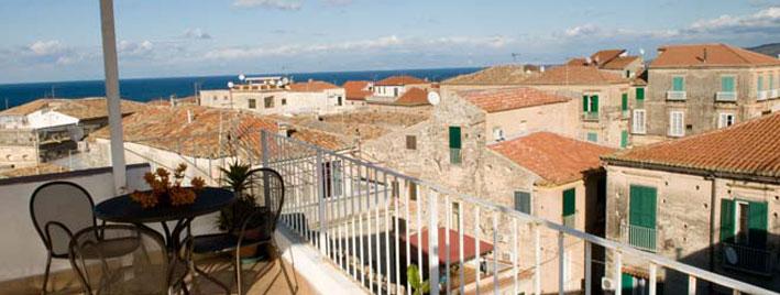 Vue sur les toits de Tropéa depuis une terrasse