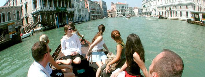 Étudiants à la découverte de Venise en barque