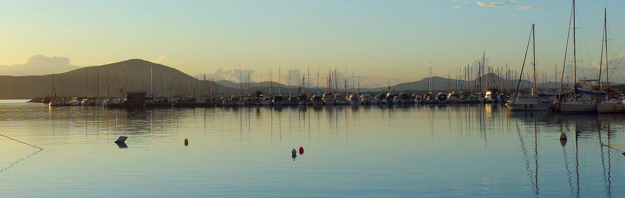 Port de plaisance au crépuscule à Alghero