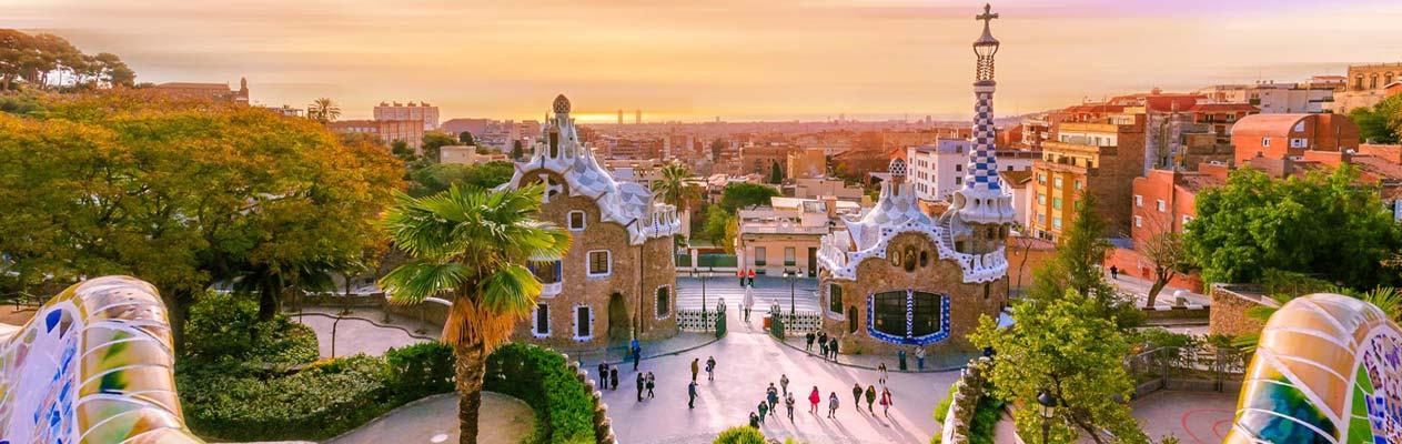 Parc Güell sous le soleil couchant à Barcelone, Espagne