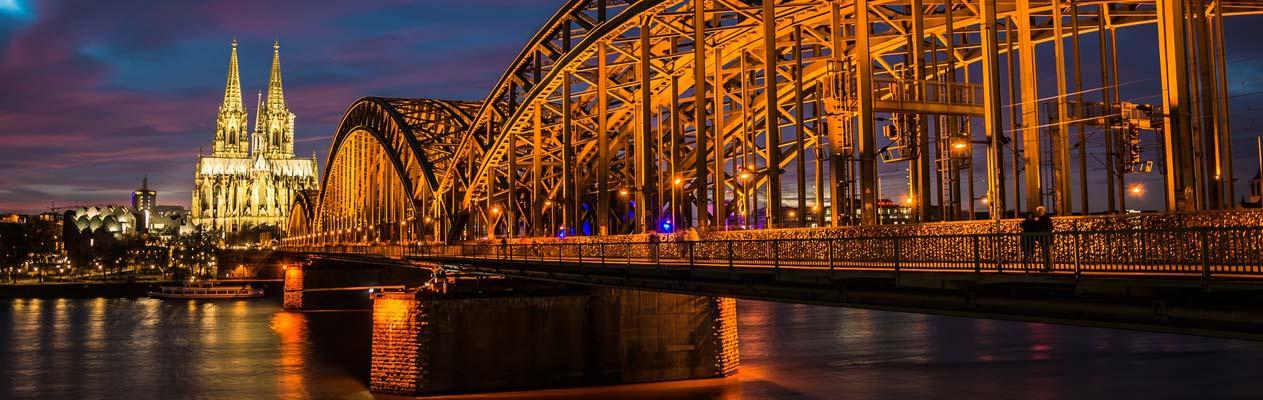 Dom de Cologne et pont de Hohenzollern de nuit