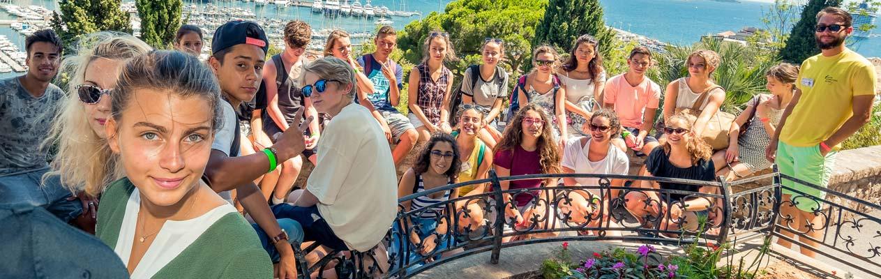 Jeunes étudiants suivant un cours d'été en français à Antibes