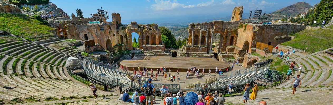 Vue de l'ancient théâtre grec de Taormine en Sicile