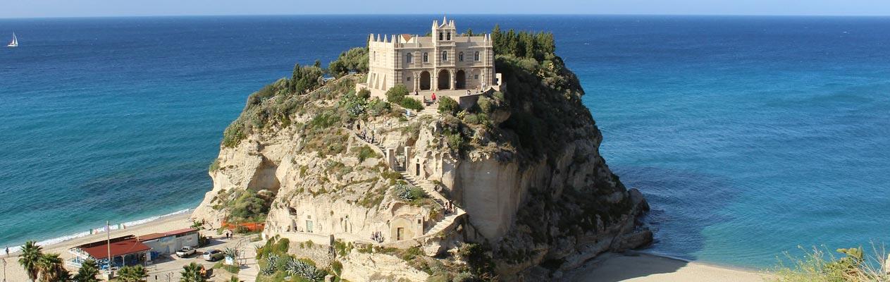 Monastère et sanctuaire de Santa Maria dell'Isola à Tropea, Italie